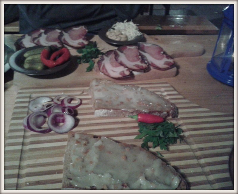 im Hintergrund das Speckbrot, vorne das vegane Schmalzbrot - gezaubert mit Palmöl, Apfelstücken und Zwiebel