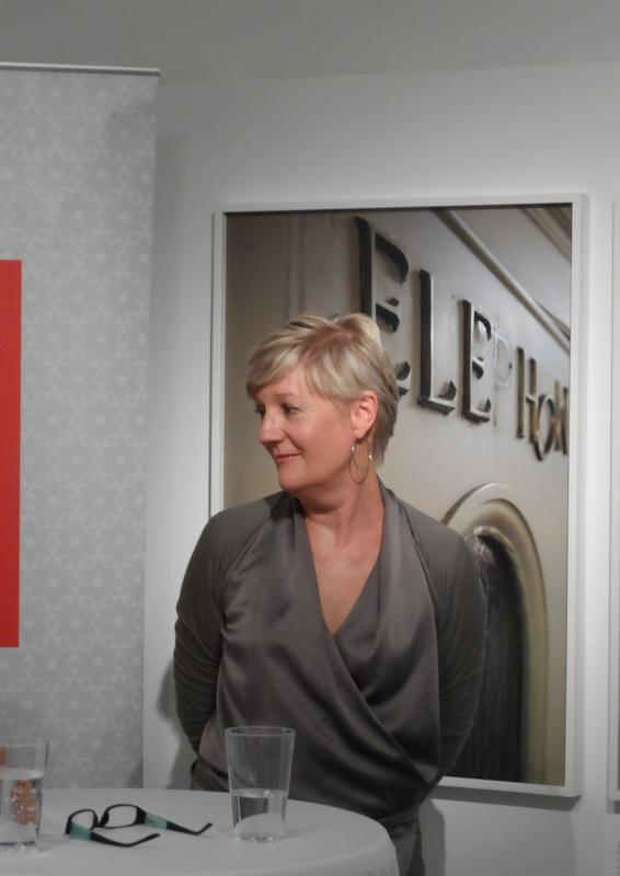 """Yvonne Oswald, beim Pressetermin zu """"Das Südbahnhotel. Am Zauberberg der Abwesenheit"""" vor einer ihrer Fotografien."""