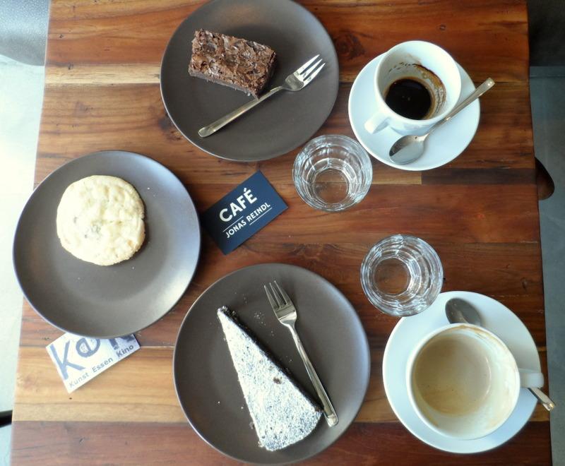 Brownies, sehr süß, dicht, köstlich. Cookies mit weißer Schokolade, sehr gut! Mohntorte, flaumig - unbedingt probieren.
