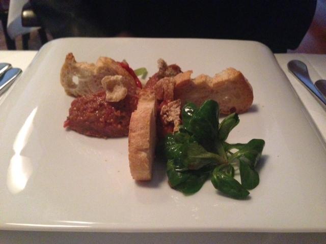 Beef Tartar: nirgends schmeckt es so gut. Die Schwarteln waren tatsächlich knusprig und die Aromen harmonierten überraschend gut.