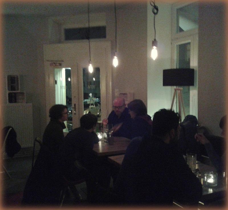 Beimir: Am ersten Samstag schon ziemlich voll, Blick von der Bar zum Eingang, ausgesprochen entspannte Atmosphäre!
