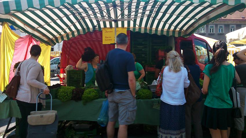 Helene Ziniel in ihrem Stand auf dem Bauernmarkt am Naschmarkt - kekinwien.at