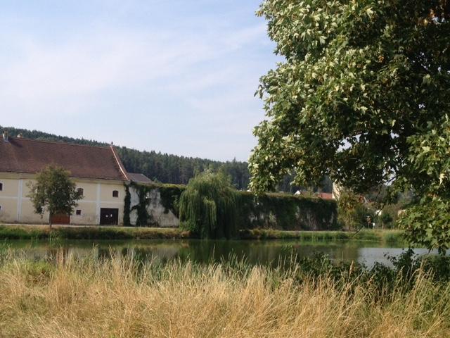 Das Gute liegt so nah: Blick vom Hotel auf die Fischteiche des Stiftes Geras, Foto (c) Gudrun Gregori - kekinwien.at