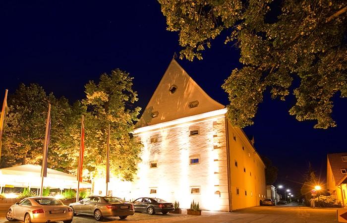 Strahlend auch in der Nacht: Das Kunst & Kultur Seminarhotel Geras bietet neben gemütlichen Zimmern auch ein Restaurant mit schöner Terrasse. Foto (c)  Kunst & Kultur Seminarhotel Geras