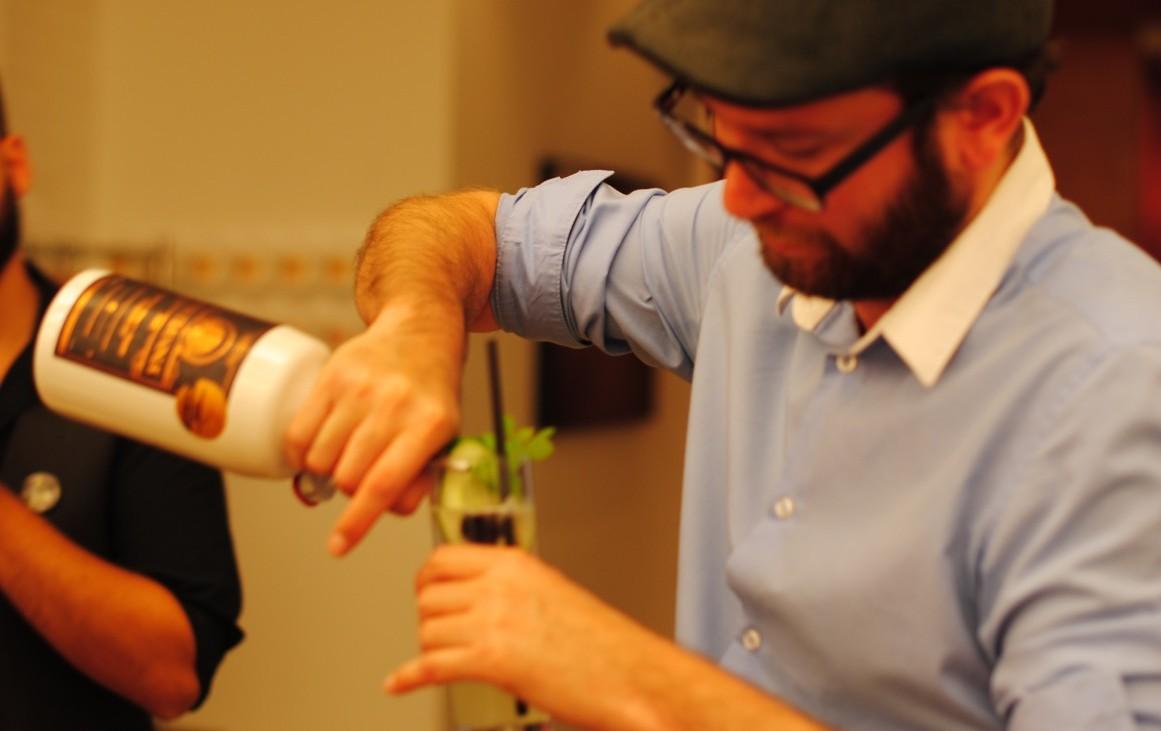 Der Barkeeper Markus Altrichter in action, Foto (c) Valentin Eisendle - kekinwien.at