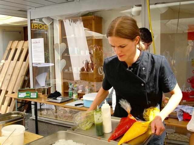 Denise sehr konzentriert bei den Vorbereitungen für das Street Food Festival, foto (c) Hadwig Fink - kekinwien.at