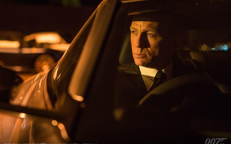 James Bond alias Daniel Craig im Aston Martin DB10, der eigentlich 009 gehört ...