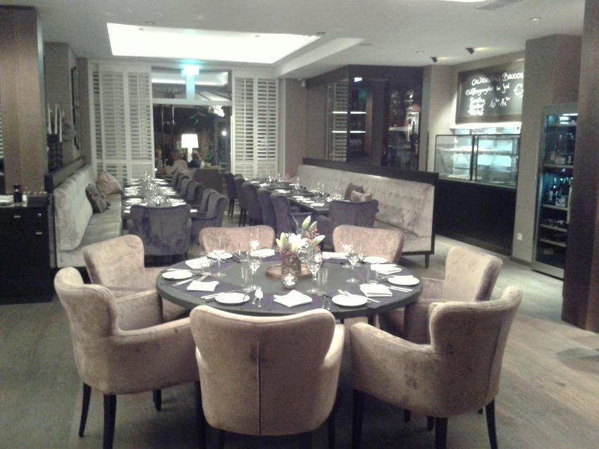 Teil des Interieurs im Erdgeschoss im Restaurant Melrose. Man sitzt ungalublich bequem übrigens. Foto (c) kekinwien.at