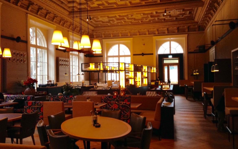 Salonplafond: Blick auf die Bar, die Realität ist heller, weniger rot und fesch; Foto (c) Andrea Pickl - kekinwien.at