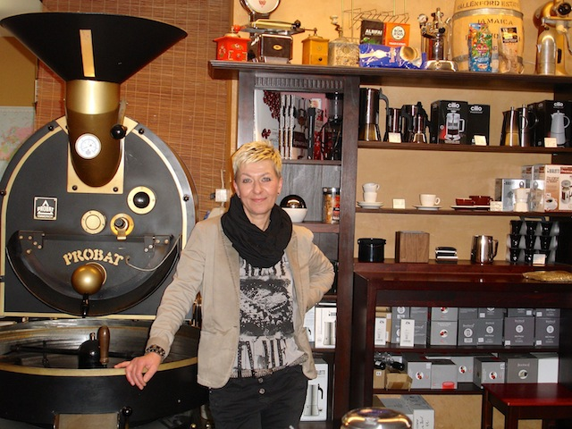 Claudia Bitschnau vor Ihrem Trommelröster in der Kaffebohne. Foto© Hadwig Fink – kekinwien.at