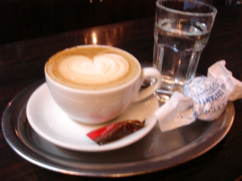 """mein"" Cappuccino! Foto © Hadwig Fink – kekinwien.at"