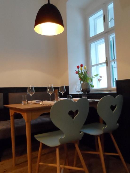 Die eleganten Lampen (innen Gold, außen Schwarz) federn die Schihüttenromantik der Stühle ab, Foto (c) Claudia Busser - kekinwien.at