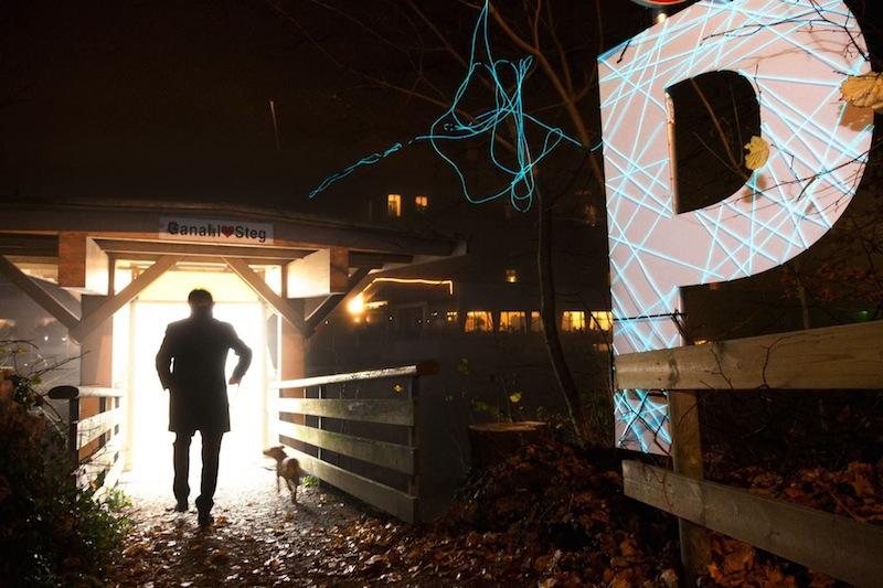 """Die Brückeninstallation """"Frage – Zeichen: Kapelle für 30 Sekunden"""", Foto (c) Montforter Zwischentöne auf fb"""