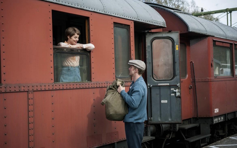 Der junge Ove (Filip Berg) bringt Sonja (Ida Engvoll), die Liebe seines Lebens, zum Zug. © Filmladen Filmverleih