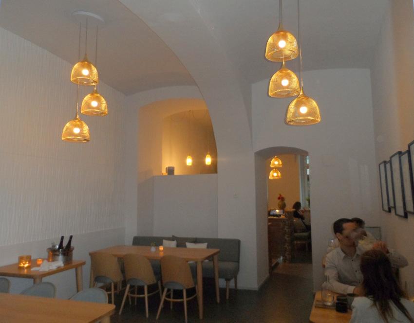 Der große Gastraum im grace von der Küche aus kommend - kekinwien.at
