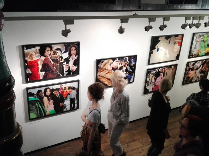 Martin Parr im Kunsthaus am Eröfnungsabend. Frauen, die auf Frauen starren. Foto (c) Claudia Busser - kekinwien.at