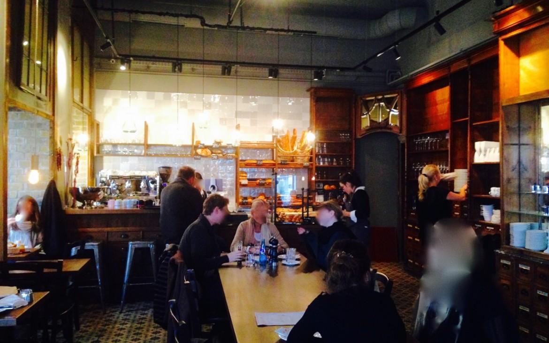 Der zentrale Tisch in der Mercerie - kekinwien.at