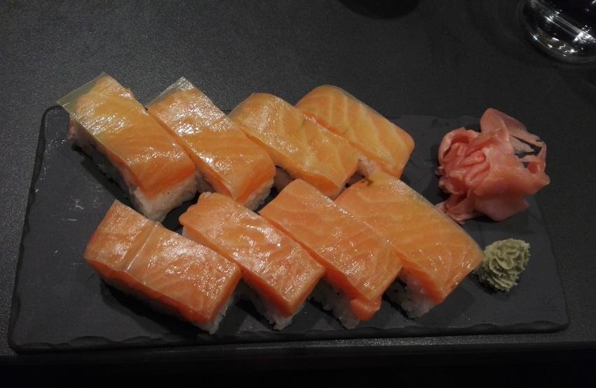 oshizushi-mit-lachs-um-euo-13,90-im-kuro-kekinwien-at