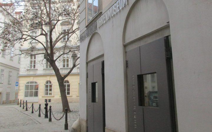 verwinkeltes Gässchen, stattliches Haus, erstaunlicher Inhalt: das Uhrenmuseum, Foto (c) Nina Binder - kekinwien.at