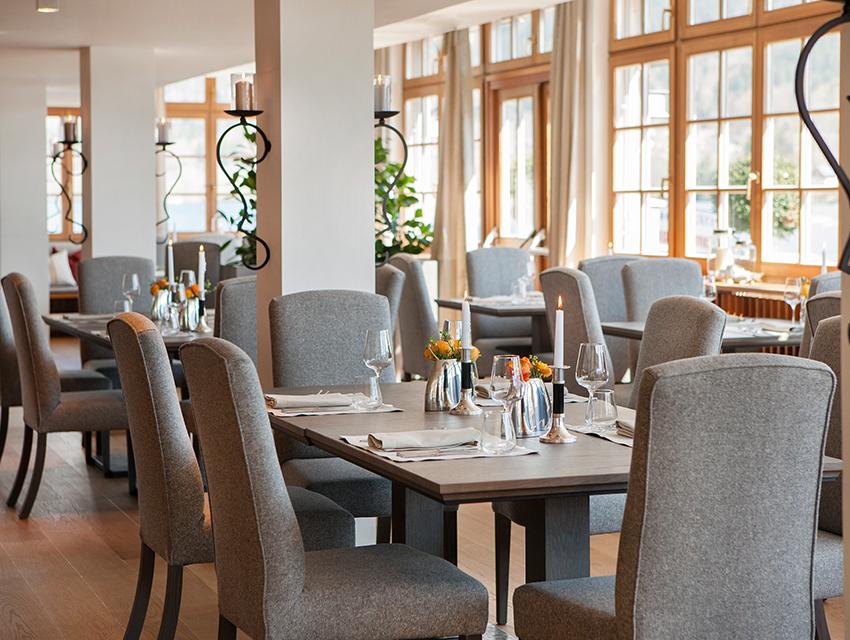 Loden, Holz und Licht im Restaurant Seeplatz´l - stimmige Bühne für eine stimmige Küche. Foto (c) Seehotel Grundlsee