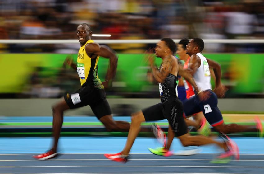 Sport – Dritter Preis, Einzelbilder © Kai Oliver Pfaffenbach, Reuters Titel: Rios goldenes Lächeln Bildunterschrift: Der Jamaikaner Usain Bolt schaut sich lächelnd um bei seinem Sieg im Halbfinale der 100 Meter bei der Sommer-Olympiade in Rio de Janeiro, Brasilien, am 14. August 2016. Das Rennen beendete er in 9,86 Sekunden, im Finale holte er Gold. Als erster Sportler errang er damit auf der 100-Meter-Strecke drei Olympiatitel in Folge.