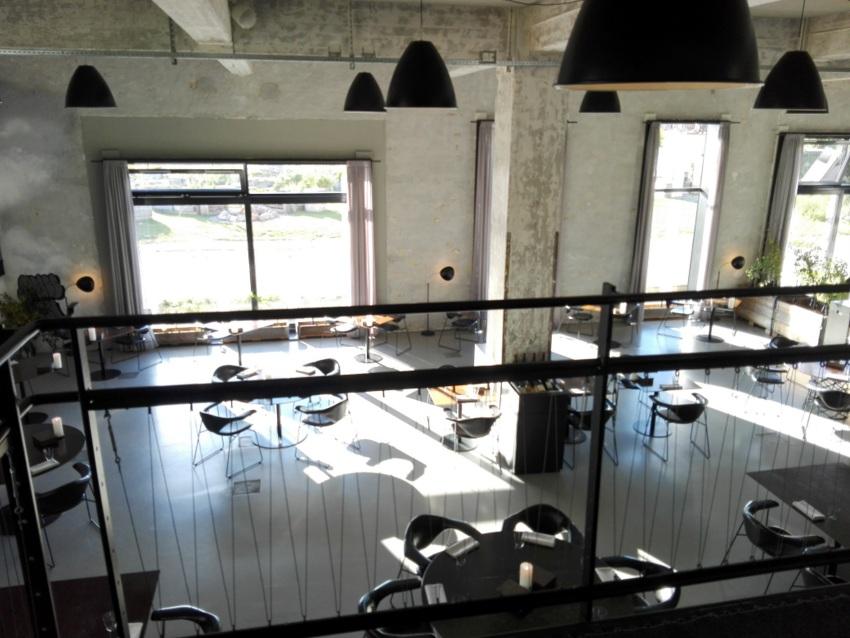 Blick ins Restaurant hinunter vom Eingang aus, Amass. Ja, wir waren beinahe die ersten an dem Abend. Der Timeslot war drei Stunden für uns offen, Bild (c) kekinwien.at
