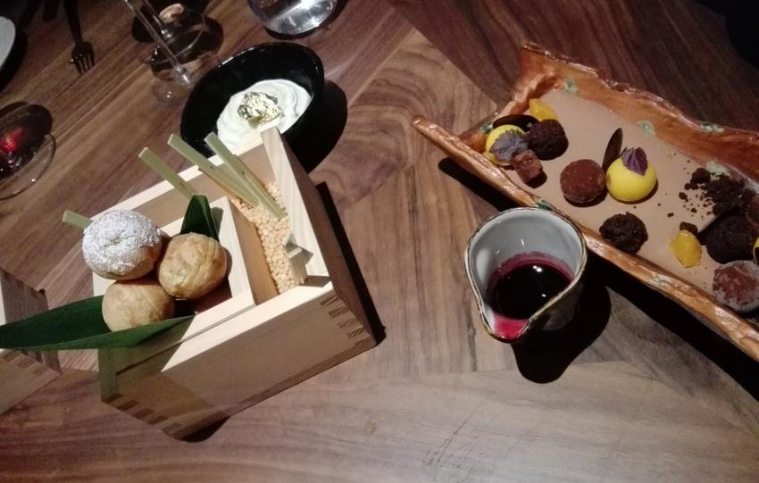 links die erwähnten Nougt-Knödelchen, rechts alles von der Schokolade: wow, Bild (c) Andrea Pickl - kekinwien.at