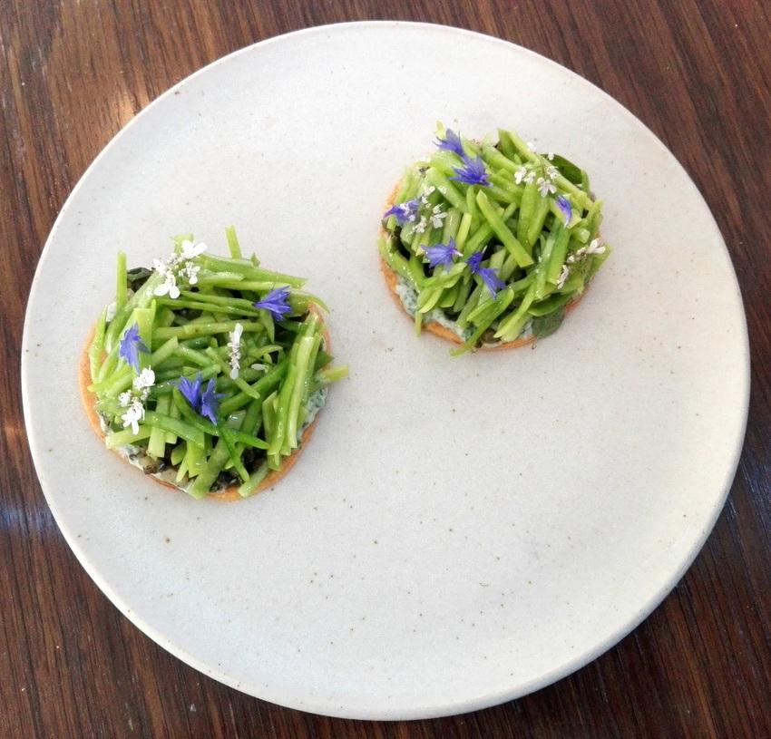 Frische Kräuter und Blüten aus dem Garten auf hausgemachtem Frischkäse und Buchweizen Pancakes, Bild (c) Andrea Pickl - kekinwien.at