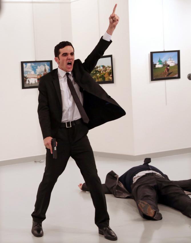 World Press Photo des Jahres Spot News – Erster Preis, Fotoserien © Burhan Ozbilici, The Associated Press Titel: Mord in der Türkei; : Mevlüt Mert Altıntaş nach seinem Mord an Andrey Karlov, dem russischen Botschafter in der Türkei, in einer Galerie in Ankara, Türkei, 19. Dezember 2016