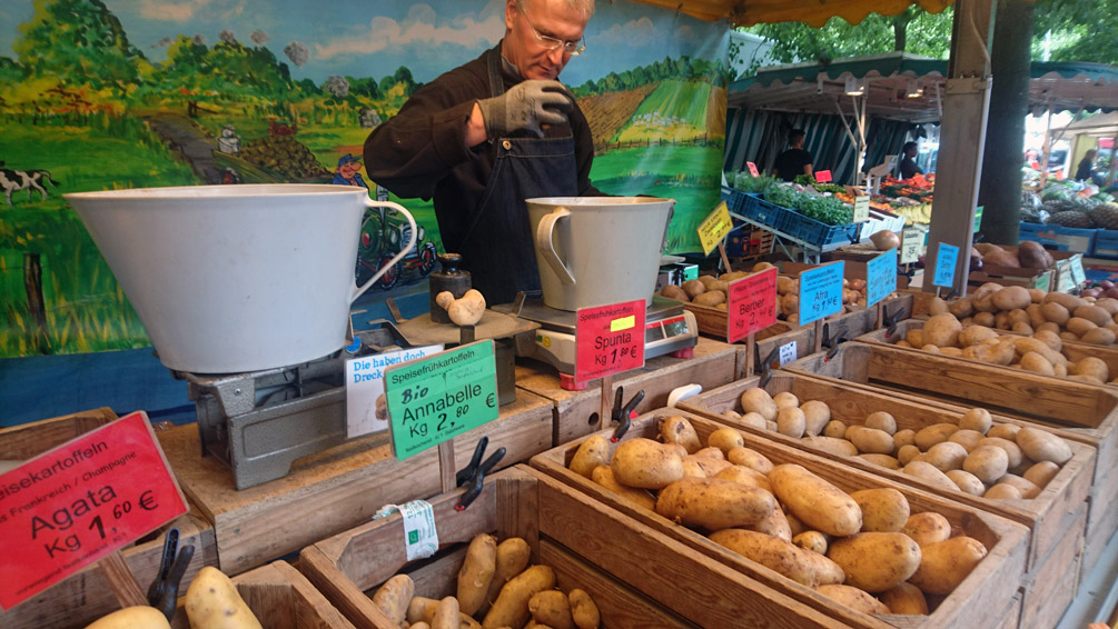 Zu guter Letzt: der freundliche Kartoffelmann, kek unterwegs auf dem Markt in Berlin - kekinwien.at