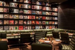 Spelunke, Wand mit LPs im Restaurant, Bild (c) Sibylle Dremel