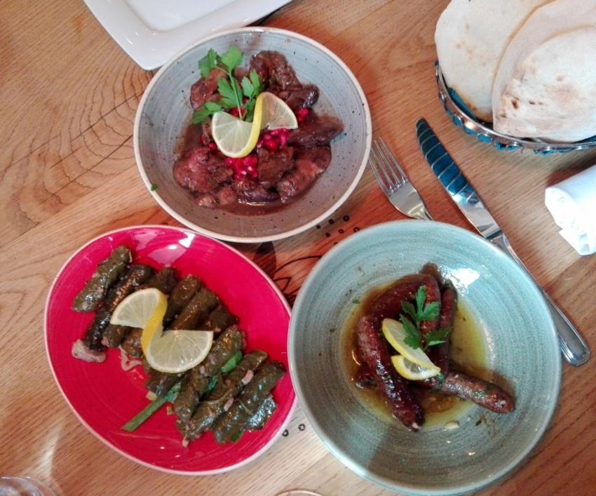Vorspeisen im Elissar: oben Hühnerleber, rechts unten Würstchen, links unten Weinblätter, Bild (c) Andrea Pickl- kekinwien.at