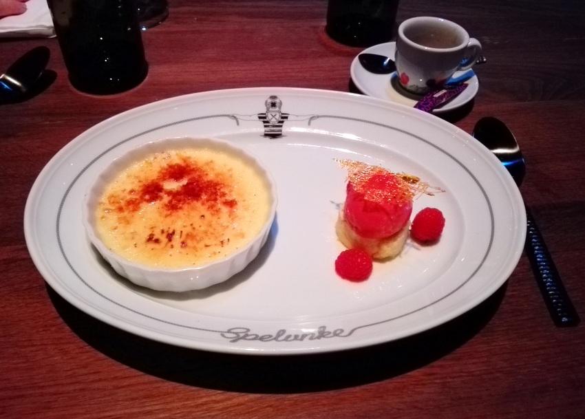 Knackige Crème brûlée mit mini Biskuitrolle und fruchtigem Sorbet, Bild (c) Claudia Busser