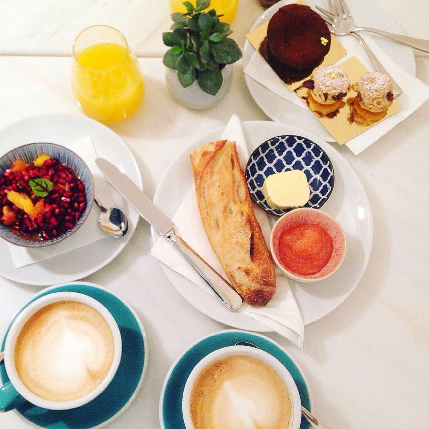 Der exotische Salat, die Schokotarte, das Baguette und die hausgemachte Quittenmarmelade, die Kaffees und der Orangensaft, Frühstück wie Gott in Frankreich, Bild (c) Andrea Pickl