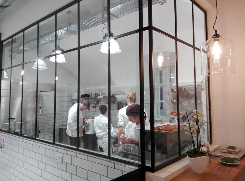 Ganz links der Inhaber, neben ihm die Inhaberin und zwei weitere BäckerInnen bei der Herstellung der süßen Köstlichkeiten, Bild (c) Claudia Busser - kekinwien.at