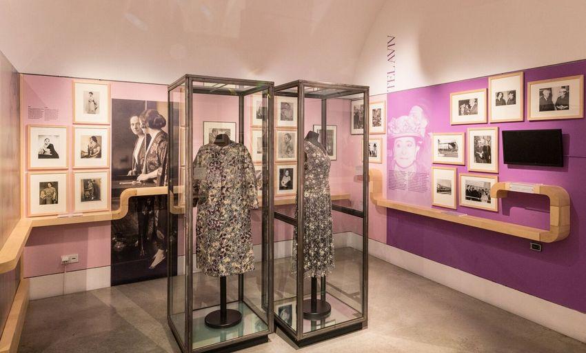"""Zwei Originalkleider in der Ausstellung """"Helena Rubinstein. Die Schönheitserfinderin"""" im Jüdischen Museum Wien (c) wulz.cc"""