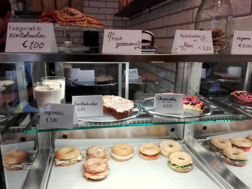 Die Vitrine mit Köstlichem für das Frühstück oder einen Imbiss, Bagel und Kuchen im Kartonage, Bild (c) Claudia Busser - kekinwien.at