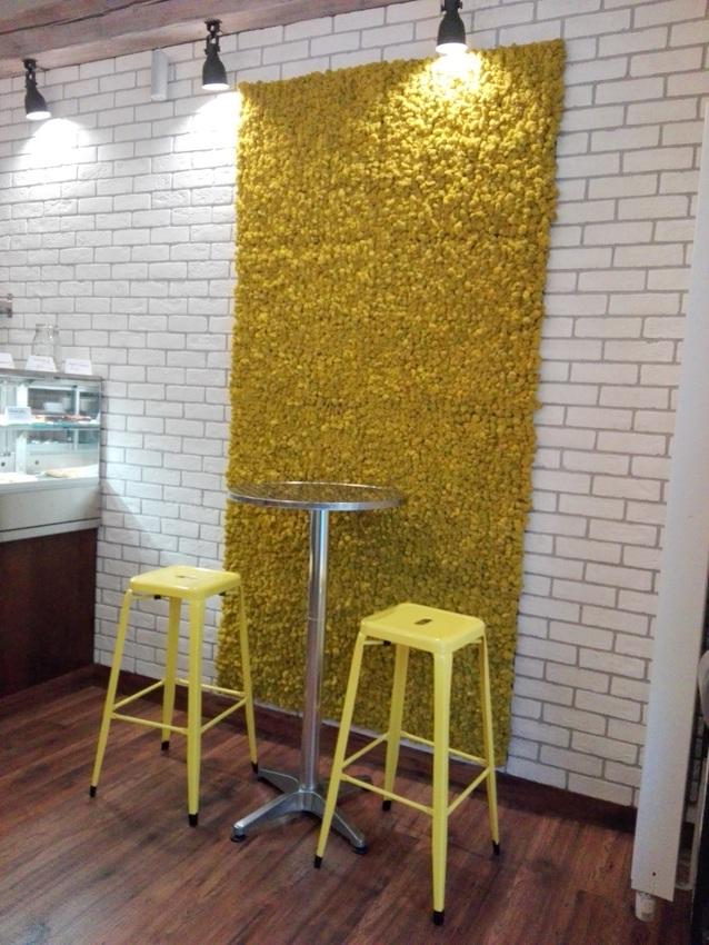 Es gibt Plätze an der Wand, am Fenster zur Straße und diesen lässigen Sitzplatz in der Kartonage Kitchen, Bild (c) Claudia Busser - kekinwien.at