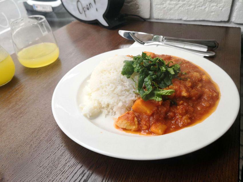 Süßkartoffel-Hühnerfleisch-Curry mit Reis, obenauf Jungspinat, Bild (c) Andrea Pickl - kekinwien.at