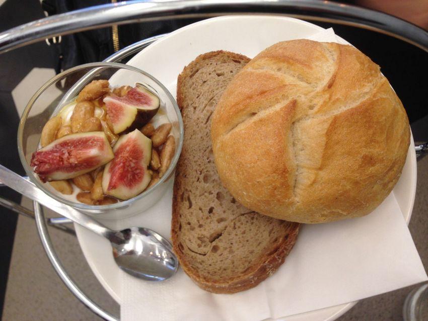 oberster Teil des Frühstücks von der Etagere im Strudels in Form von Naturjoghurt, Sauerteigbrot und Handsemmel, Bild (c) Andrea Pickl - kekinwien.at