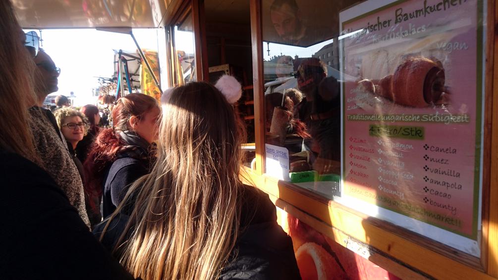 Anstellen auf dem Markt im Winter, Ungarische Spezialitäten auf dem Wiener Naschmarkt, Bild (c) Mischa Reska - kekinwien.at