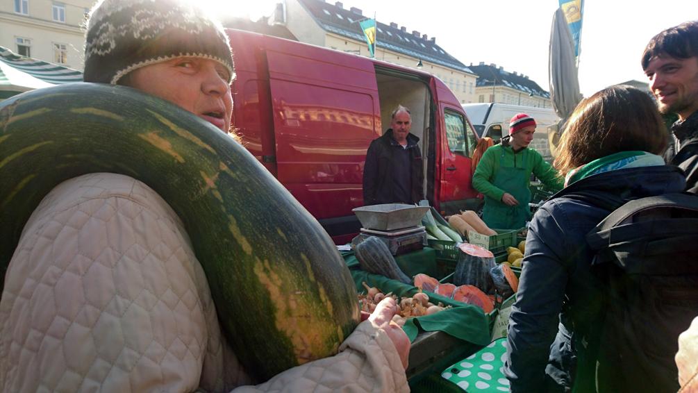 Marktfrau und Gärtnerin auf dem Landparteienmarkt am Samstag auf dem Wiener Naschmarkt, Bild (c) Mischa Reska - kekinwien.at