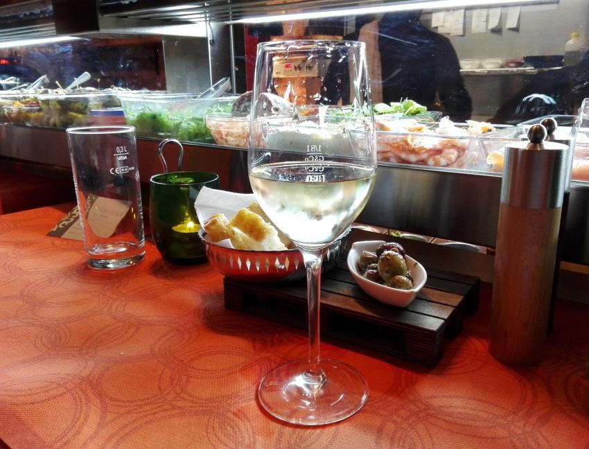 Die Vorspeisenküche. Später im Glas dann ein Sauvignon Blanc Classic, Weingut Pongratz, 2016, Euro 4,90, Bild (c) Claudia Busser - kekinwien.at