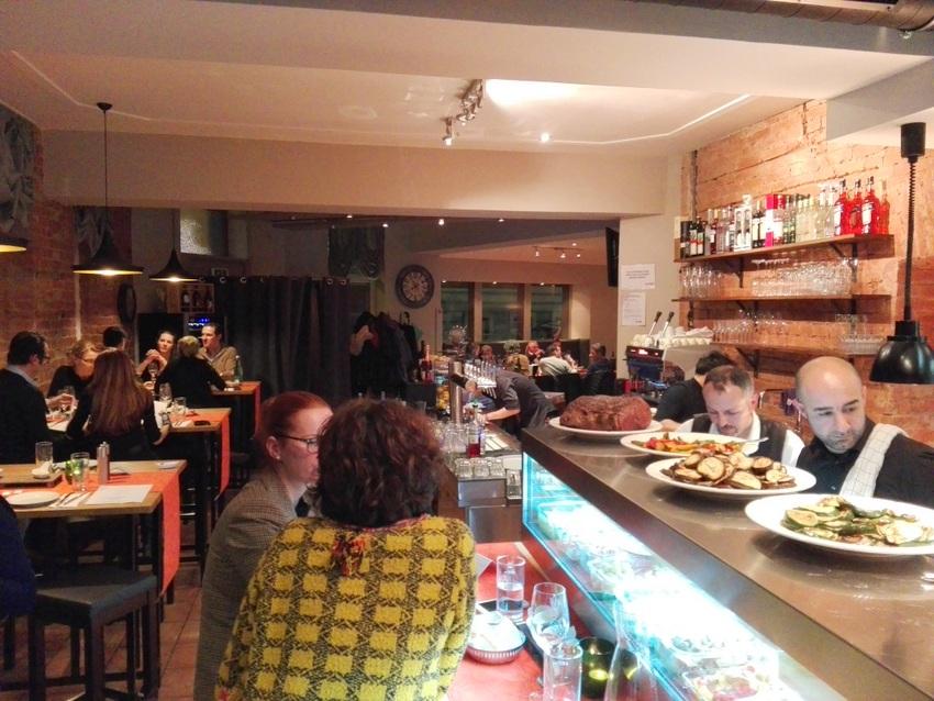 Takans Restaurant ist immer voll, rechts vorne sieht man Suat Takan bei der Arbeit in der Vorspeisenküche, Bild (c) Claudia Busser - kekinwien.at