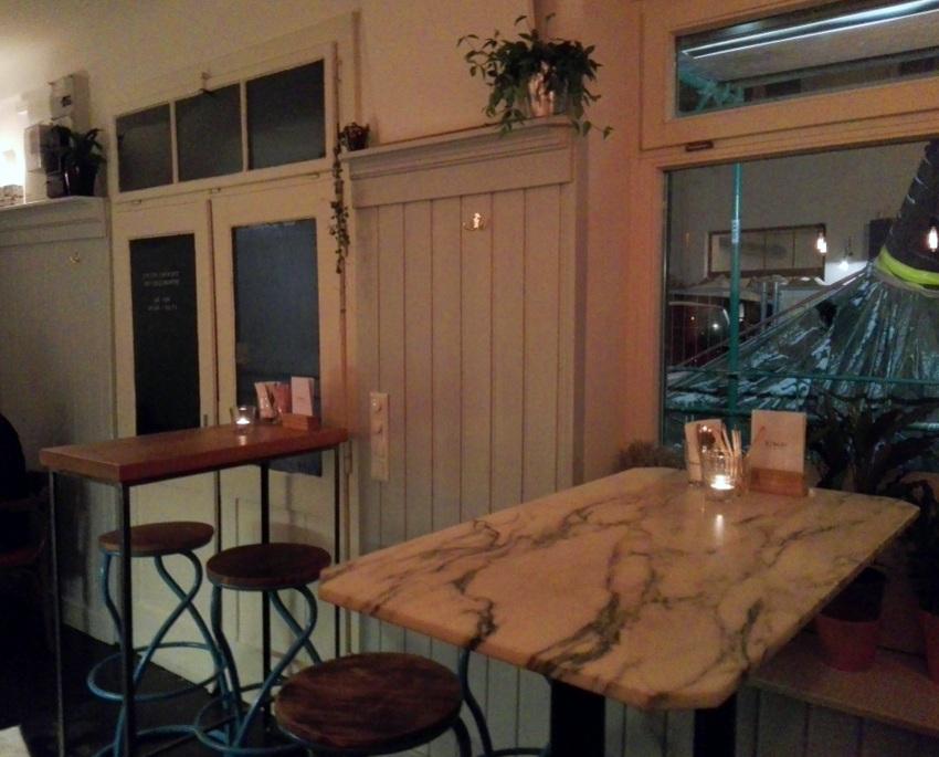Es gibt nur drei Tische! Blick hinaus auf die Baustelle in der Zieglergasse, Bild (c) Claudia Busser - kekinwien.at