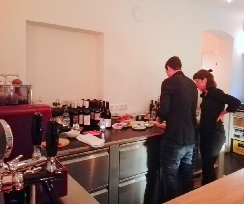 Es wird angerichtet ... Blick vom Tresen, links die chromglänzende Kaffeemaschine, der Herr bei der Arbeit ist Alex Rinkhy, Bild (c) Claudia Busser