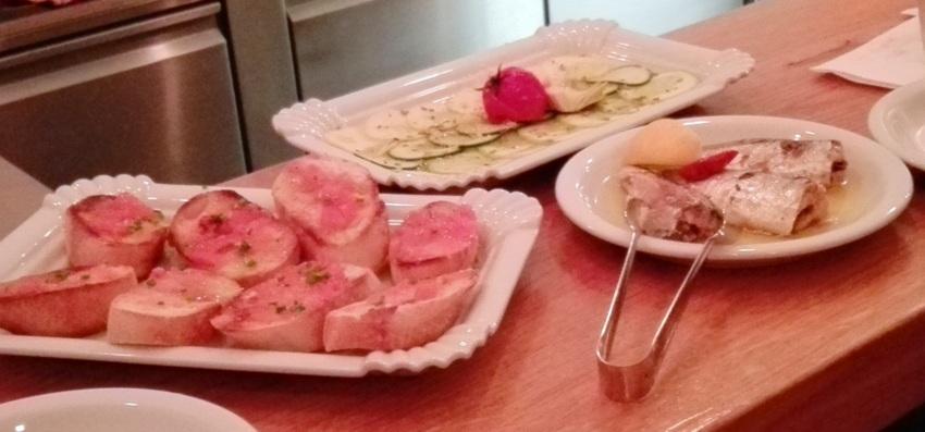 Pan Con Tomate aus Biotomaten mit viel sehr gutem Olivenöl um Euro 3,30, und ein sehr feines Zucchini Carpaccio mit Zitronensaft und Fenchel um Euro 4,30, Bild (c) Claudia Busser - kekinwien.at