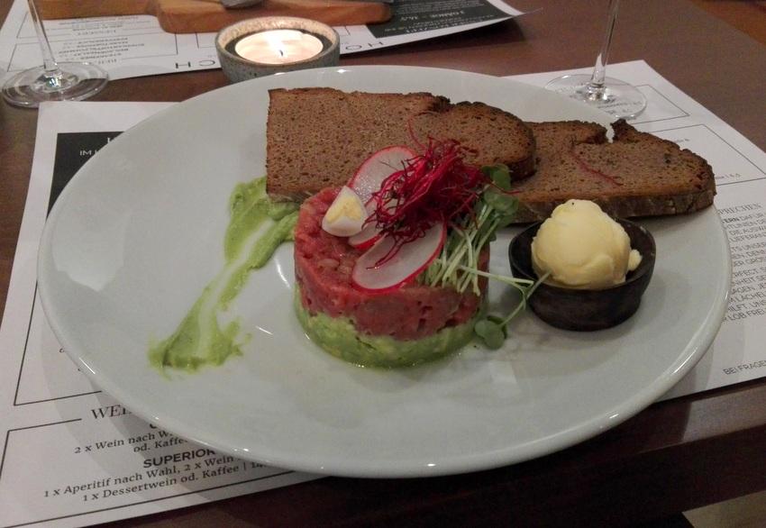 Beef Tatar auf Avocado mit Schwarzbrot, Bild (c) Claudia Busser - kekinwien.at