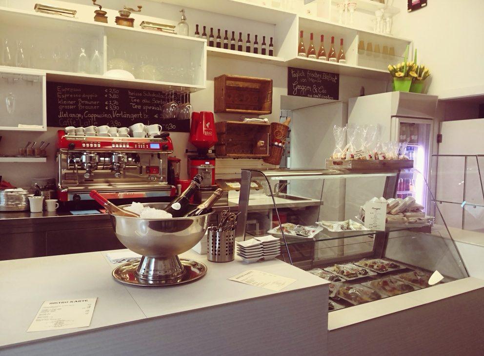 Die Theke im Naschsalon an einem Donnerstagabend, wenn der Salon zum Bistro wird, Bild (c) Andrea Pickl - kekinwien.at