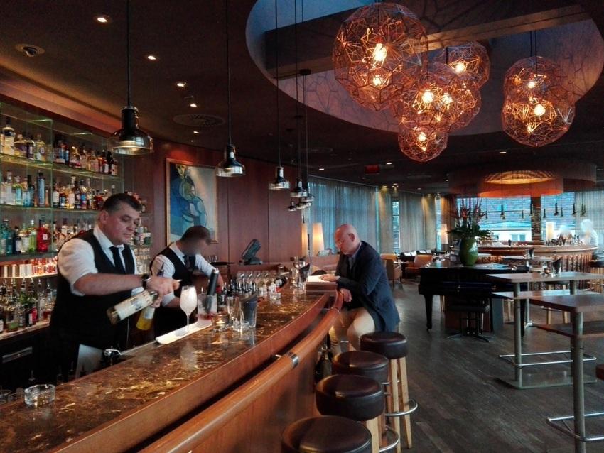 Blick in die SKY Bar, Heinz Kaiser hinter und Christof Habres, Autor der Wiener Barbücher, vor der Theke (c) Claudia Busser - kekinwien.at